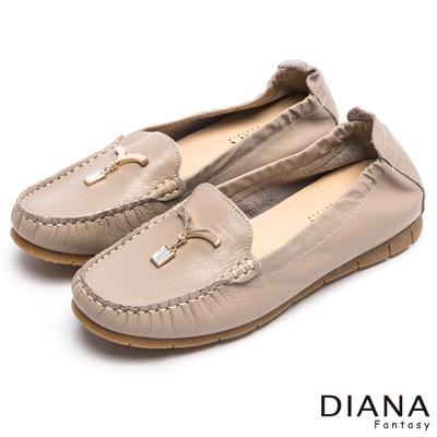 DIANA 舒適百搭--純淨海鷗鑽飾真皮平底鞋-可可