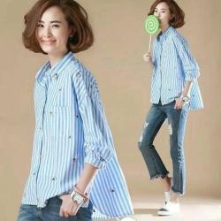 中大尺碼 冰淇淋水藍色直條紋前短後長襯衫-La Belleza