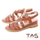 TAS交叉雙繫帶金屬飾扣內增高涼鞋-榛果卡其