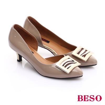 BESO-都會俐落-全真皮鏡面側挖空低跟鞋-米色