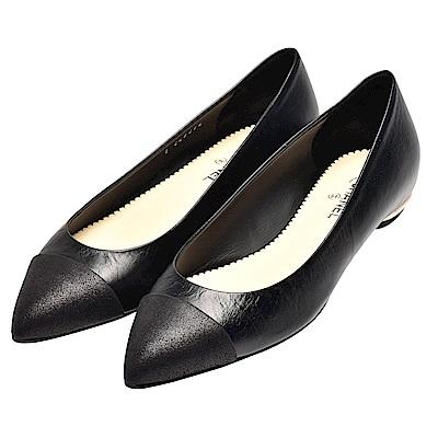 CHANEL 經典品牌字母浮雕金屬後跟小牛皮尖頭平底鞋(黑)