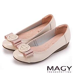 MAGY 甜美混搭新風貌 蝴蝶結圓牌五金真皮低跟鞋-米色