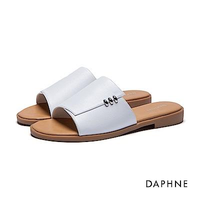 達芙妮DAPHNE 拖鞋-寬版鞋面金屬環飾平底拖鞋-白