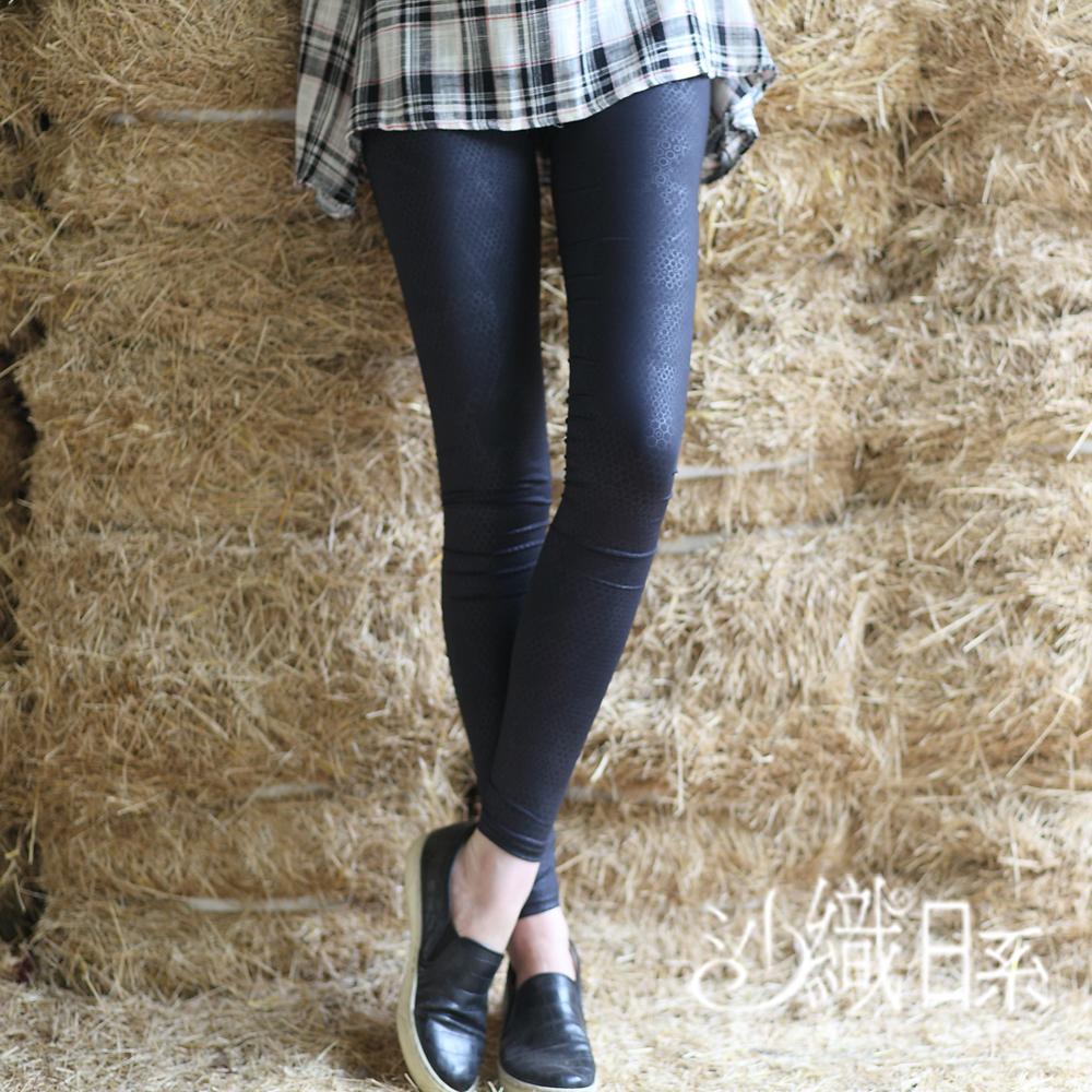 內搭褲 幾何壓紋彈力內搭褲(黑)-沙織日系