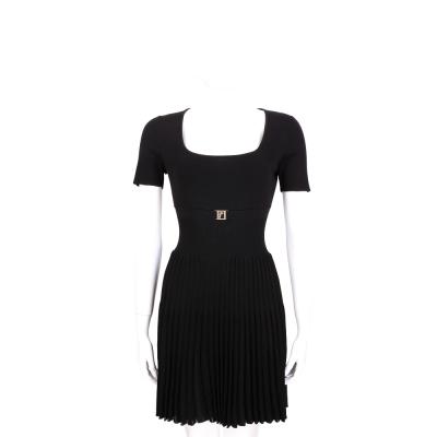 VERSACE 黑色金屬LOGO飾短袖百摺洋裝