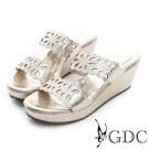 GDC-花型沖孔寶石水鑽楔型厚底涼拖鞋-金色