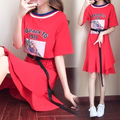 中大尺碼 紅藍金粉圓領印圖雙層魚尾裙擺腰帶洋裝XL~4L-Ballet Dolly