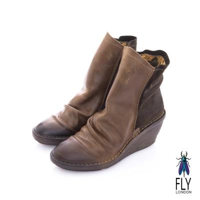 Fly London(女) 極簡個性 前後雙料牛皮皺摺中筒楔型短靴 - 雙色咖