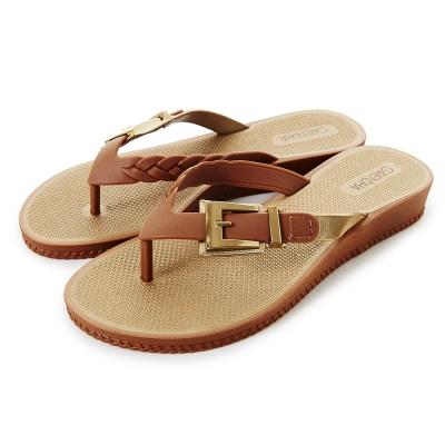 GRENDHA 金屬扣環楔型夾腳鞋-焦糖色