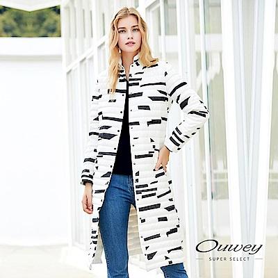OUWEY歐薇-時尚幾何立領長版羽絨外套-黑-白
