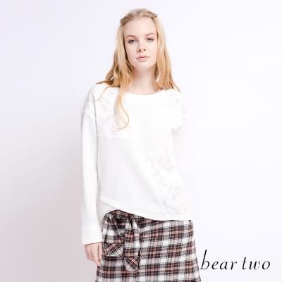 beartwo 拼接蕾絲花朵交叉剪裁上衣(二色)-動態show