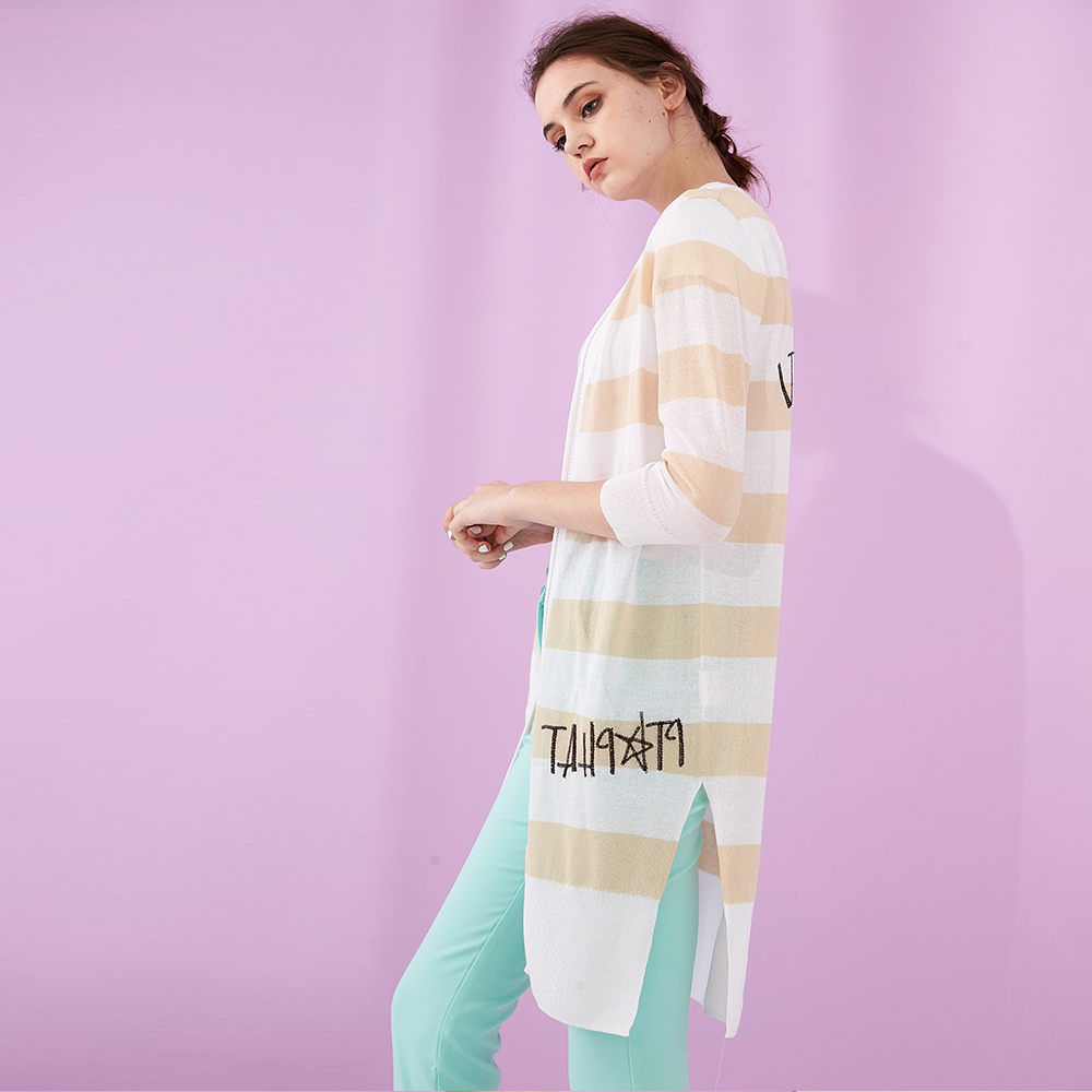 ICHE 衣哲 條紋撞色字母印花七分袖長版造型針織外套(兩色)-金