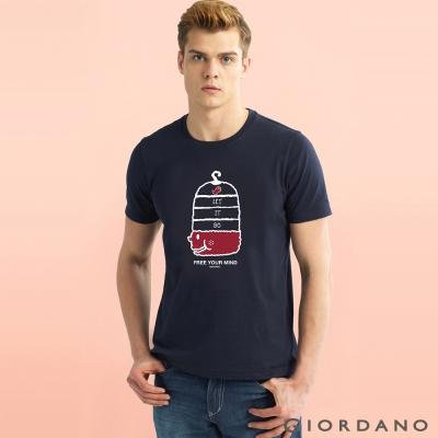 GIORDANO 男裝趣味圖案字母印花純棉修身短袖T恤-51 標誌海軍藍