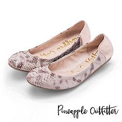 Pineapple Outfitter 輕盈時尚 蛇紋真皮鬆緊帶平底娃娃鞋-金色