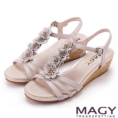 MAGY 甜美氛圍 牛皮花朵T字踝帶楔型涼鞋-米色
