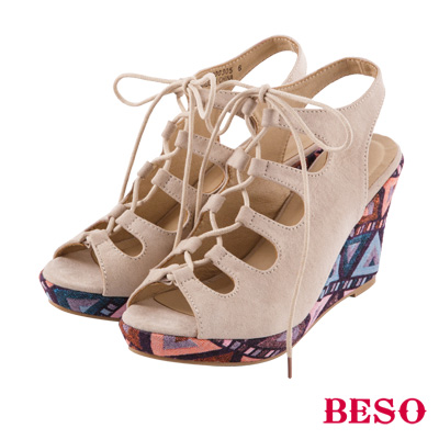 BESO 幾何花漾 交叉簍空後帶楔型涼鞋~米