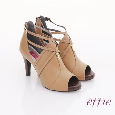 effie 都會風情 交叉繫帶金屬綴飾魚口高跟鞋  卡其色