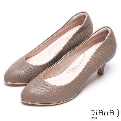 DIANA漫步雲端輕盈美人款--知性簡約閃電壓紋質感真皮跟鞋-可可