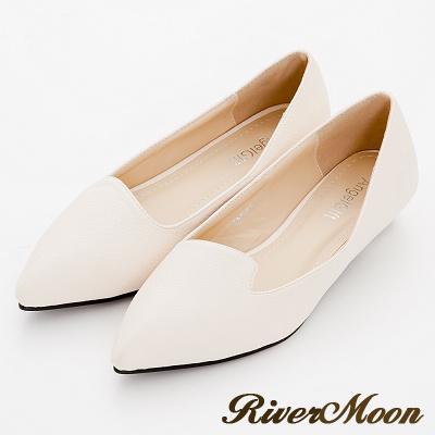 River-Moon尖頭鞋-極簡素面側V曲線荔枝皮紋低跟鞋-米杏