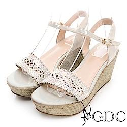 GDC-真皮水鑽簍空氣質波浪草編涼鞋-金色