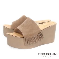 Tino Bellini 時髦嬉皮側流蘇厚底楔型涼拖鞋 _ 淺駝