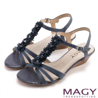 MAGY甜美氛圍盛開花朵水鑽皮飾踝帶涼鞋藍色