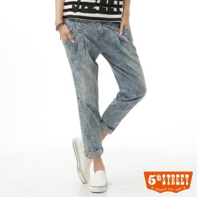 5thSTREET女哈倫褲雪花水洗休閒牛仔褲拔洗藍