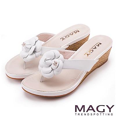 MAGY 散發輕熟魅力 真皮皮革花朵楔型夾腳拖鞋-白色