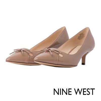 NINE-WEST-氣質蝴蝶結飾漆皮低跟鞋-清新裸膚