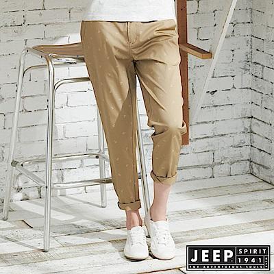 JEEP 女裝 夏日海洋滿版船錨造型休閒長褲-卡其色