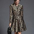 ABELLA 艾貝拉 亮金圖騰翻領排扣腰鍊設計短裙洋裝(M-2XL)