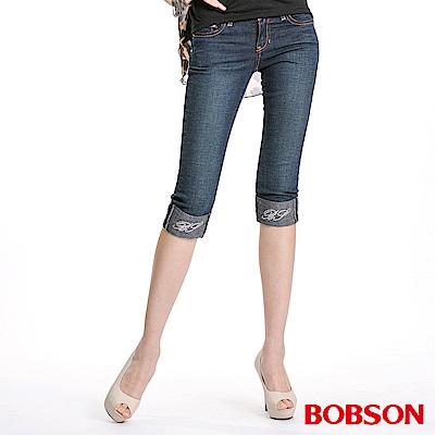 【BOBSON】張韶涵代言雙色配線反摺7分褲(深藍52)
