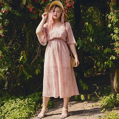 AIR SPACE PLUS 交叉領寬袖緹花蕾絲洋裝(粉紅)