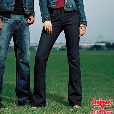 【BOBSON】女款W小尻革命後袋立體繡中喇叭褲(深藍52)
