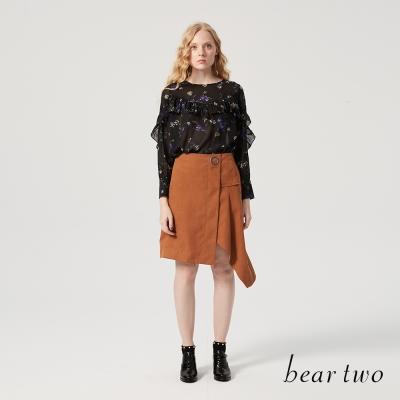 beartwo 金屬式麂皮感金屬環飾短裙(卡其色)-動態show