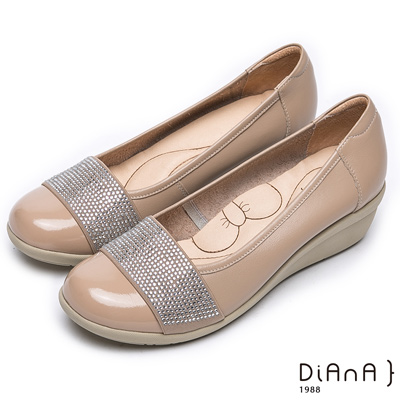 DIANA 漫步雲端蝴蝶結款--璀璨耀眼真皮楔型鞋-卡其