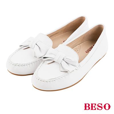BESO 繽紛奇幻 全真皮蝴蝶結莫卡辛平底鞋~白