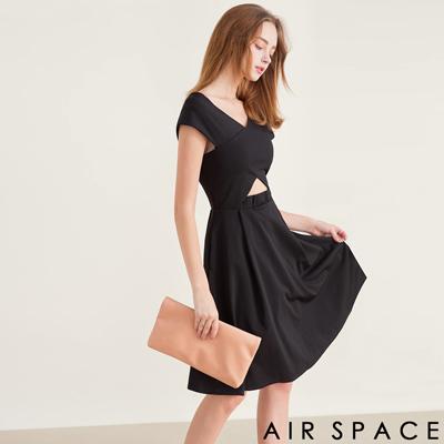AIR SPACE V領造型鏤空口袋傘襬洋裝(黑)