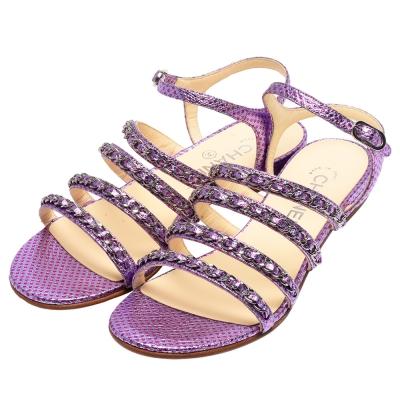 CHANEL 經典小香LOGO鎖鏈露趾蜥蜴皮繫帶涼鞋(紫紅-37.5)