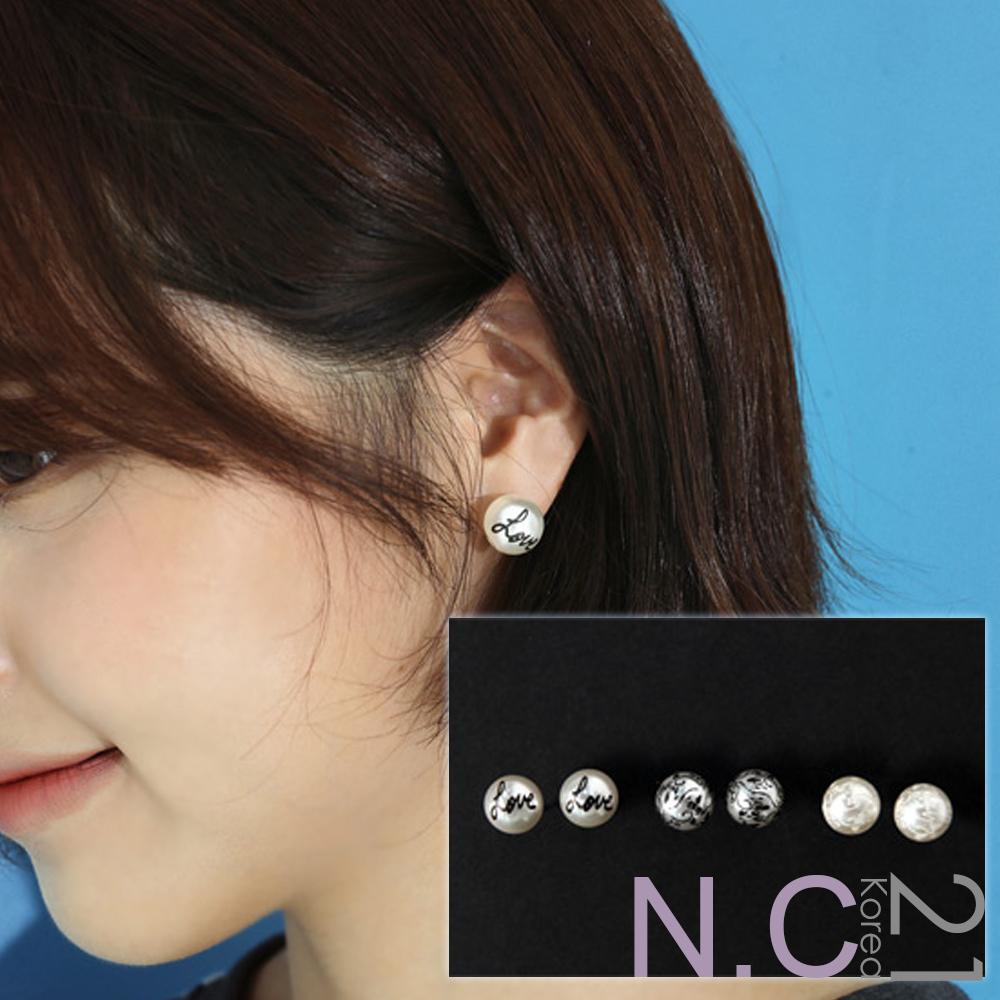 【N.C21】花紋字母圓潤珍珠耳環 (白色B款)