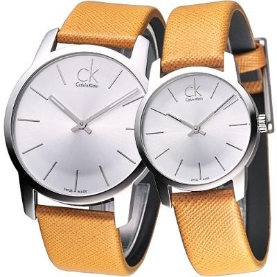 cK City 雅爵極簡品味風時尚對錶-銀白x澄黃錶帶