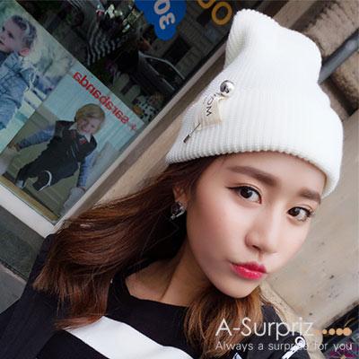 A-Surpriz 時尚素色銀球針徽章毛線帽(米白)
