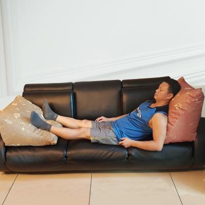 凱蕾絲帝 台灣製造-客廳木椅小憩高支撐緹花三角靠墊/美腿枕-金1+紅1