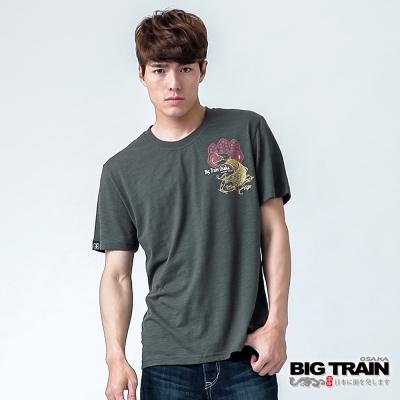 BIG TRAIN 鯉魚家徽圓領TEE-男-灰綠
