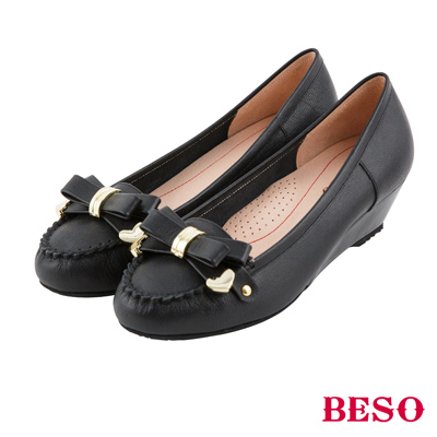BESO 甜美俏麗 蝴蝶結金屬飾釦全真皮楔型鞋~黑