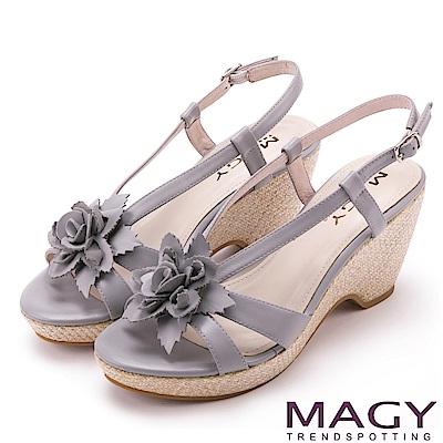 MAGY 夏日甜心 盛開花朵真皮編織楔型涼鞋-灰色