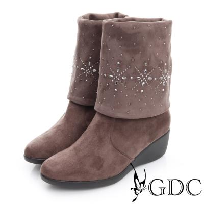 GDC個性-絨布真皮三穿水鑽圖騰楔型跟長靴-可可色