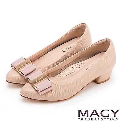MAGY OL通勤專屬 造型金屬釦+織帶蝴蝶結粗低跟鞋-膚色