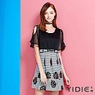 【YIDIE衣蝶】個性荷葉露肩條紋圖騰洋裝-動態show