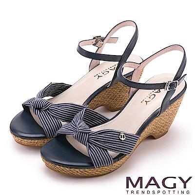 MAGY 異國風情 條紋布面扭結拼接牛皮編織楔型涼鞋-藍色